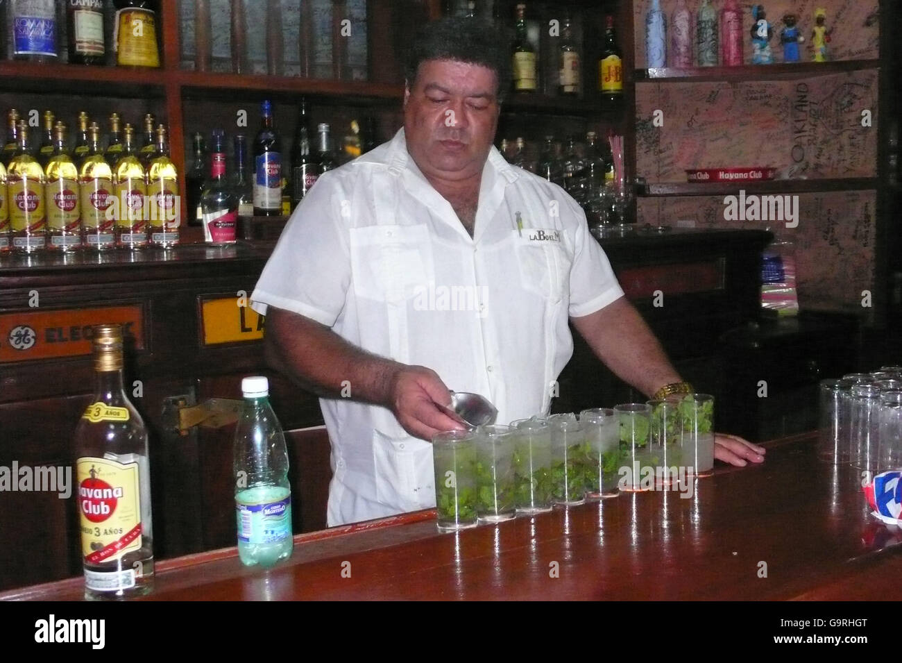 Barkeeper mixen von Cocktails, cocktail-Bar, Bar del Medio, La Bodeguita, Havanna, Kuba / Barkeeper Stockbild