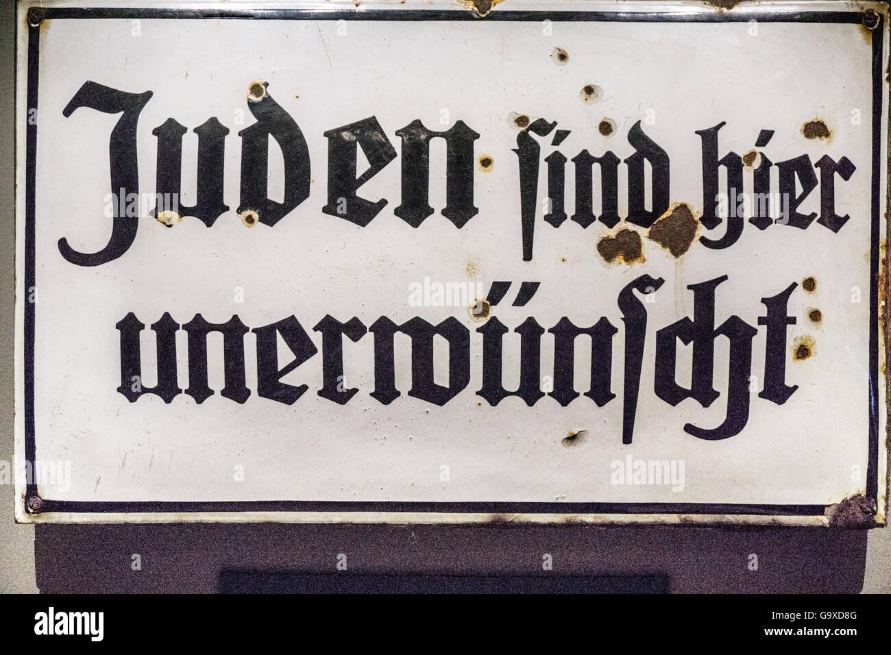 rostet weiße Emaille Metall Schild möglicherweise im Restaurant in dunklen giftige Skript mit Worten, die Juden Stockfoto