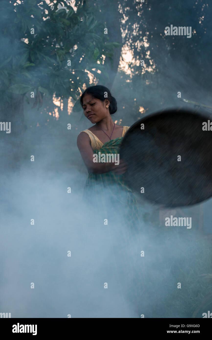 Zu Laufwerk Mücken vom Vieh, Majuli Insel, Brahmaputra Fluss, Assam, North East ich rauche Mising Stamm Frau Stockbild