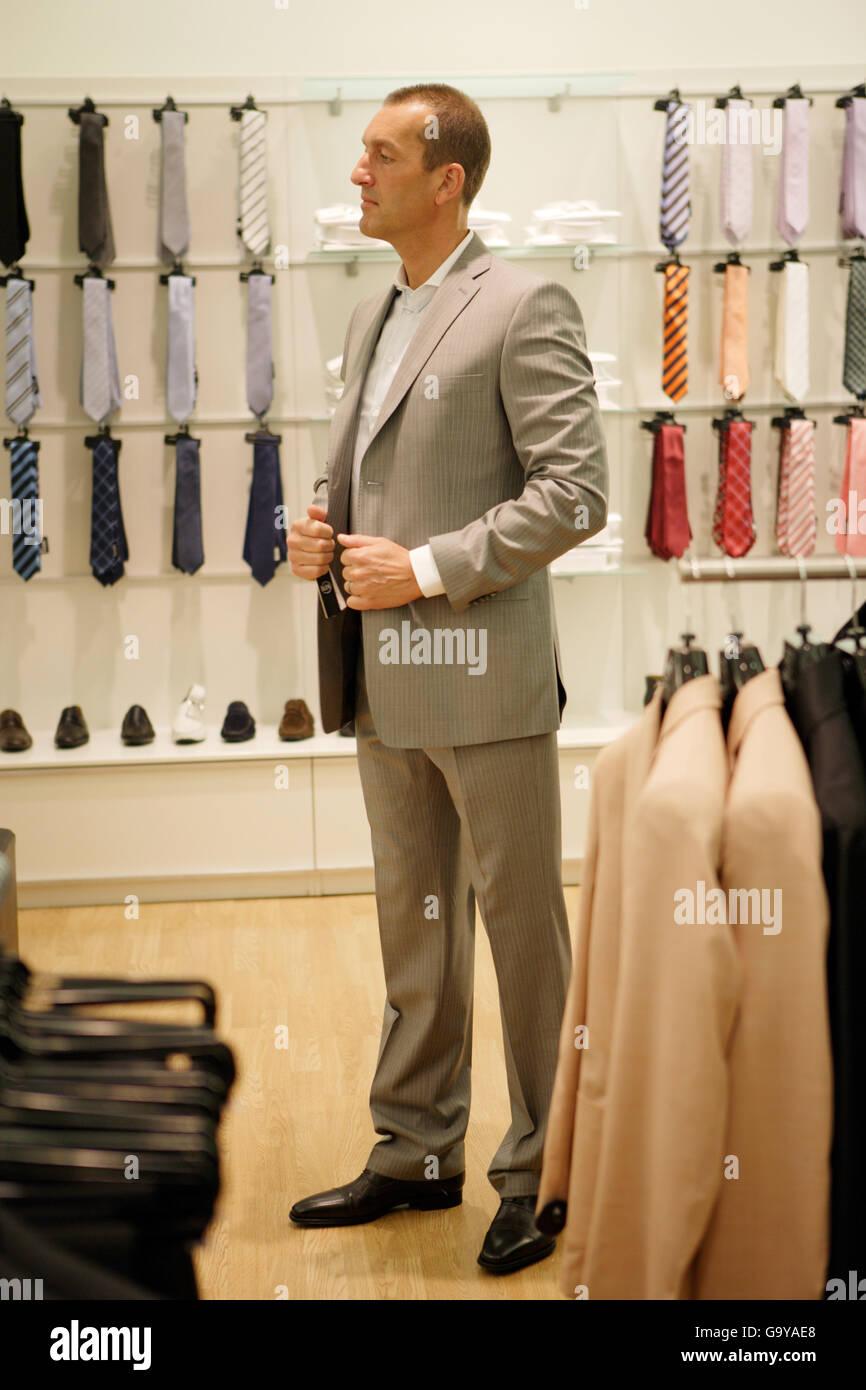 size 40 5ffc3 8f077 Ein Mann, der Auswahl der Kleidung in einem Männer ...