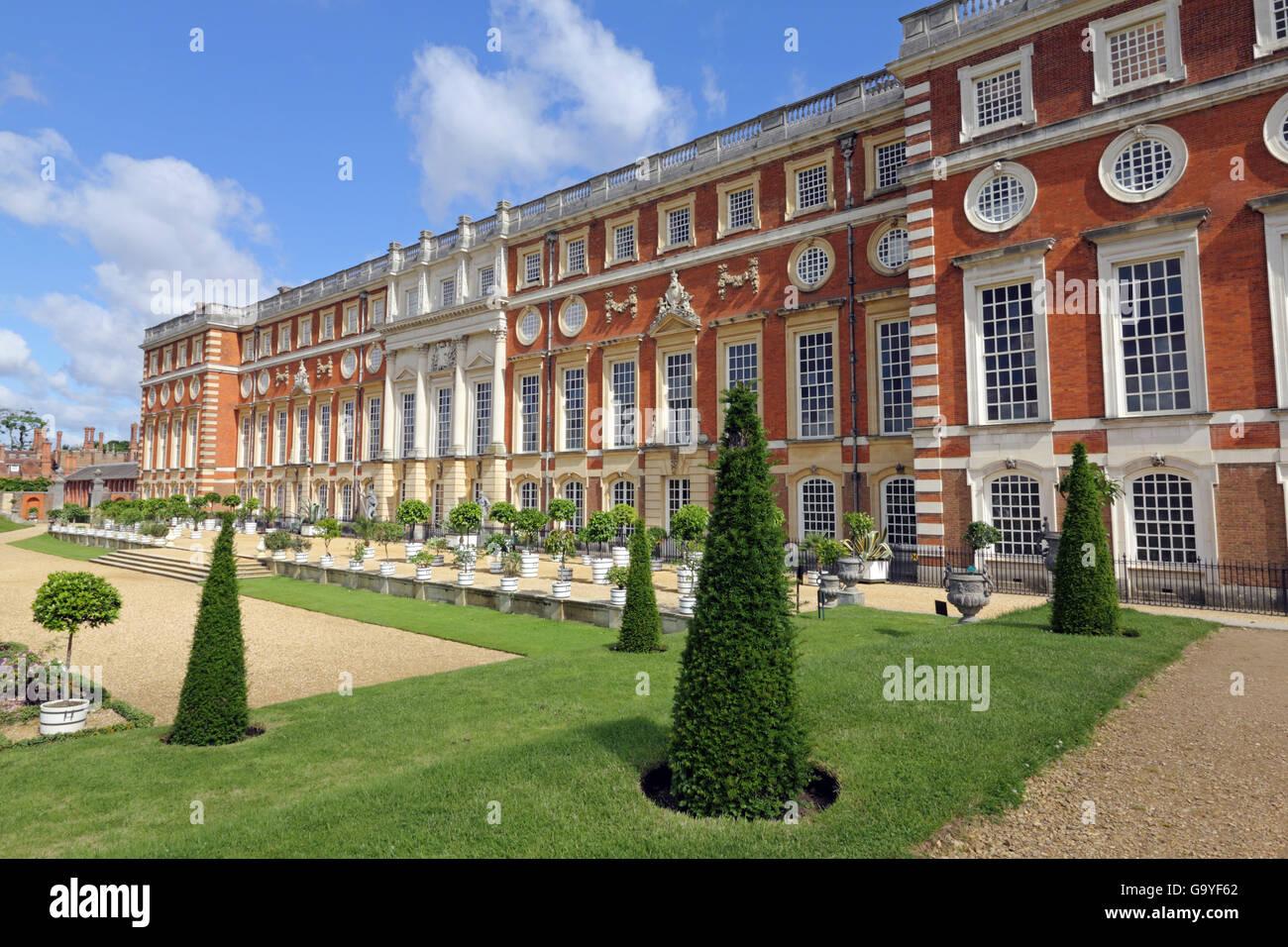 Hampton Court, London, UK, Surrey, England, Vereinigtes Königreich. 2. Juli 2016. Es war ein schöner Morgen Stockbild