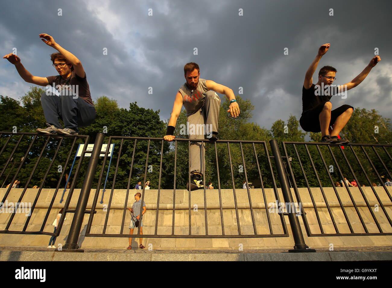Moskau, Russland. 1. Juli 2016. Traceure der Moskauer Akademie der Parkour während einer Trainingseinheit auf Stockbild
