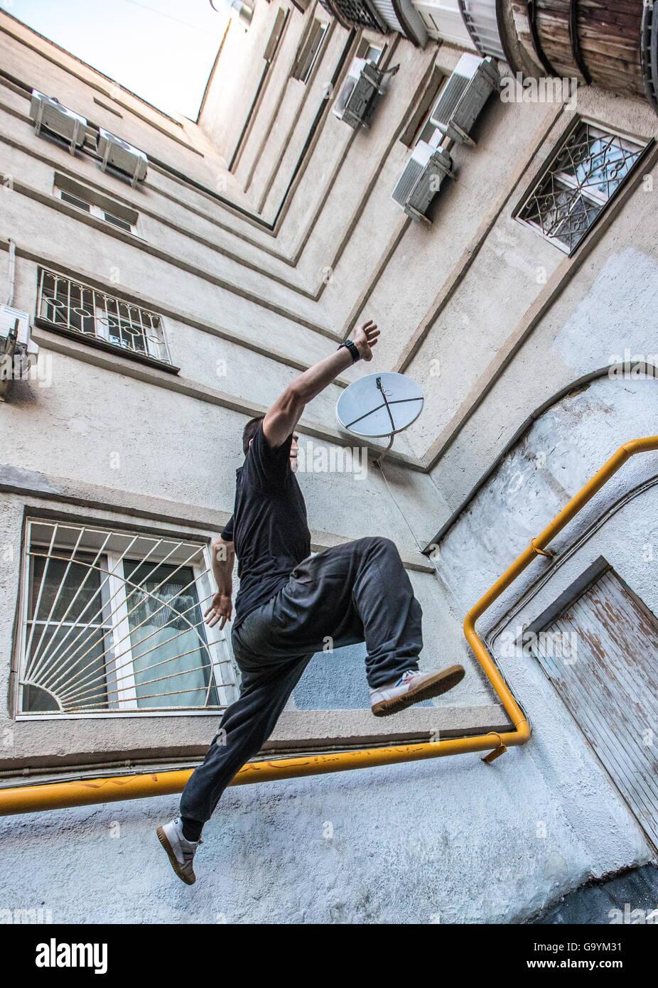 Moskau, Russland. 1. Juli 2016. Ein Traceur der Moskauer Akademie der Parkour während einer Trainingseinheit. Stockbild