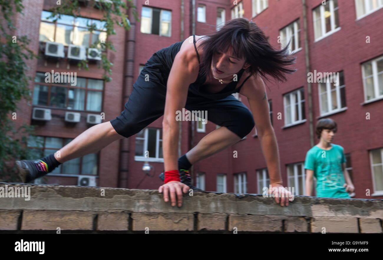 Moskau, Russland. 1. Juli 2016. Ein Traceuse von der Moskauer Akademie der Parkour während einer Trainingseinheit. Stockbild