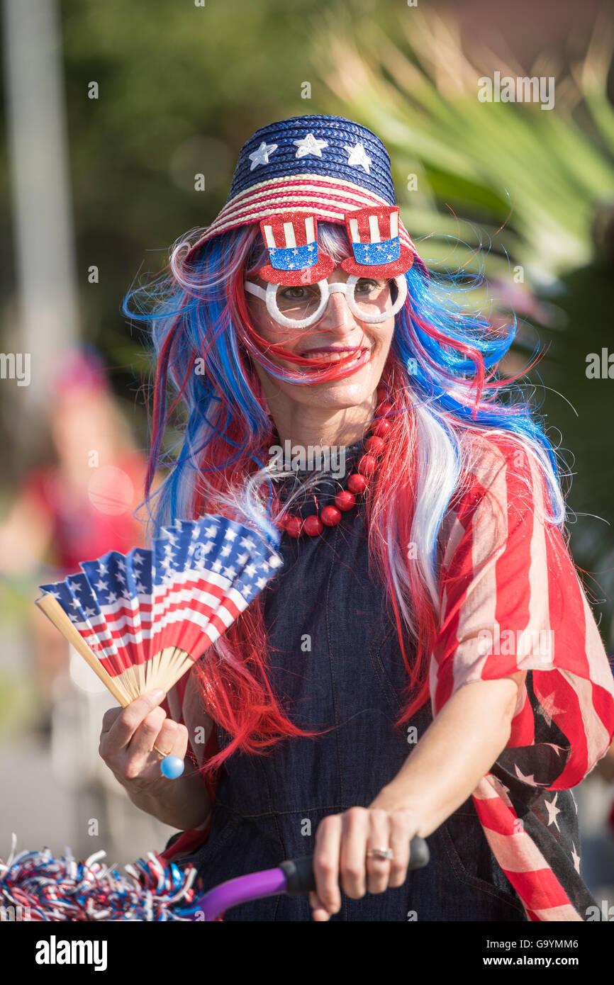 Eine Frau, gekleidet in patriotischen Kostüm fährt Fahrrad an der Sullivan Island Independence Day Parade 4. Juli Stockfoto