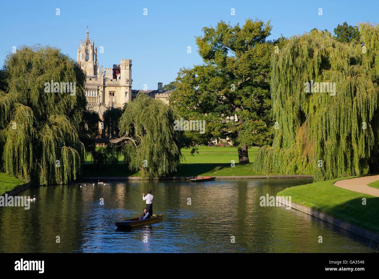 Bootfahren auf dem Fluss Cam aus dem Rücken, in der Nähe von St John's College, Universität Cambridge, Stockbild