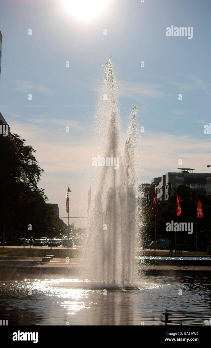 Wasserfontaine bin Brunnen am Ernst-Reuter-Platz, Berlin-Tiergarten. Stockbild