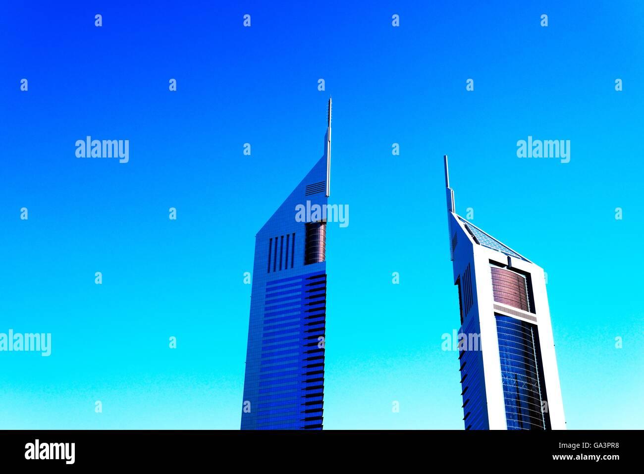 Die Emirates Towers Komplex, Dubai, Vereinigte Arabische Emirate. Links ist Emirates Office Tower. Rechts ist das Stockbild