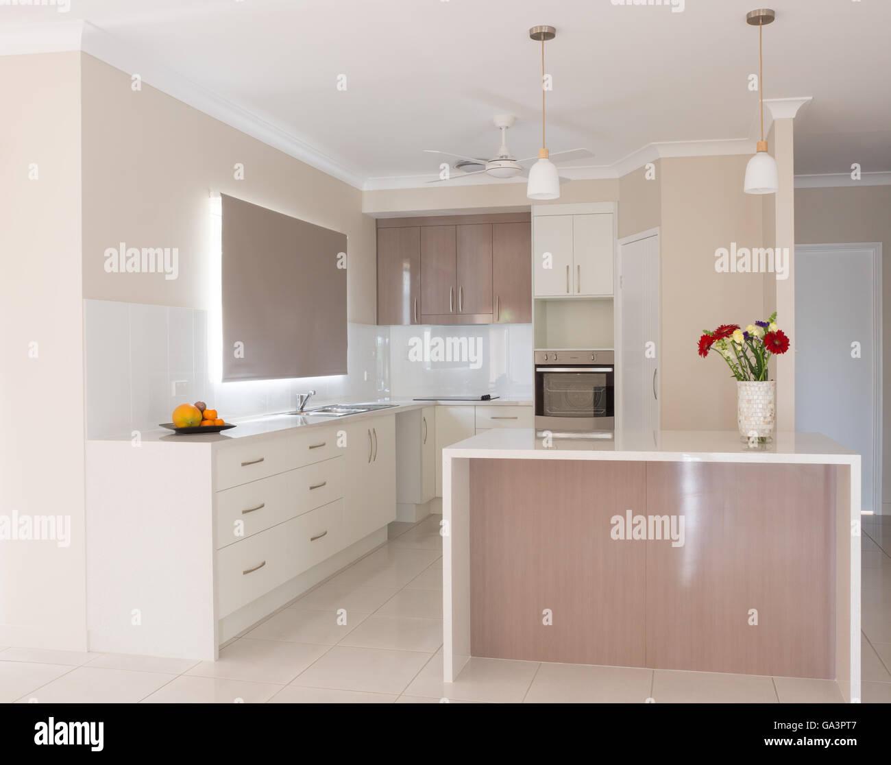 Helle neue Küche mit Insel-Bank im neuen Haus Stockfoto, Bild ...