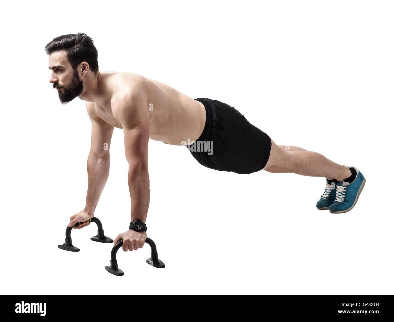 Nackter Oberkörper muskulöse Athleten macht Liegestütze auf Push-up ...