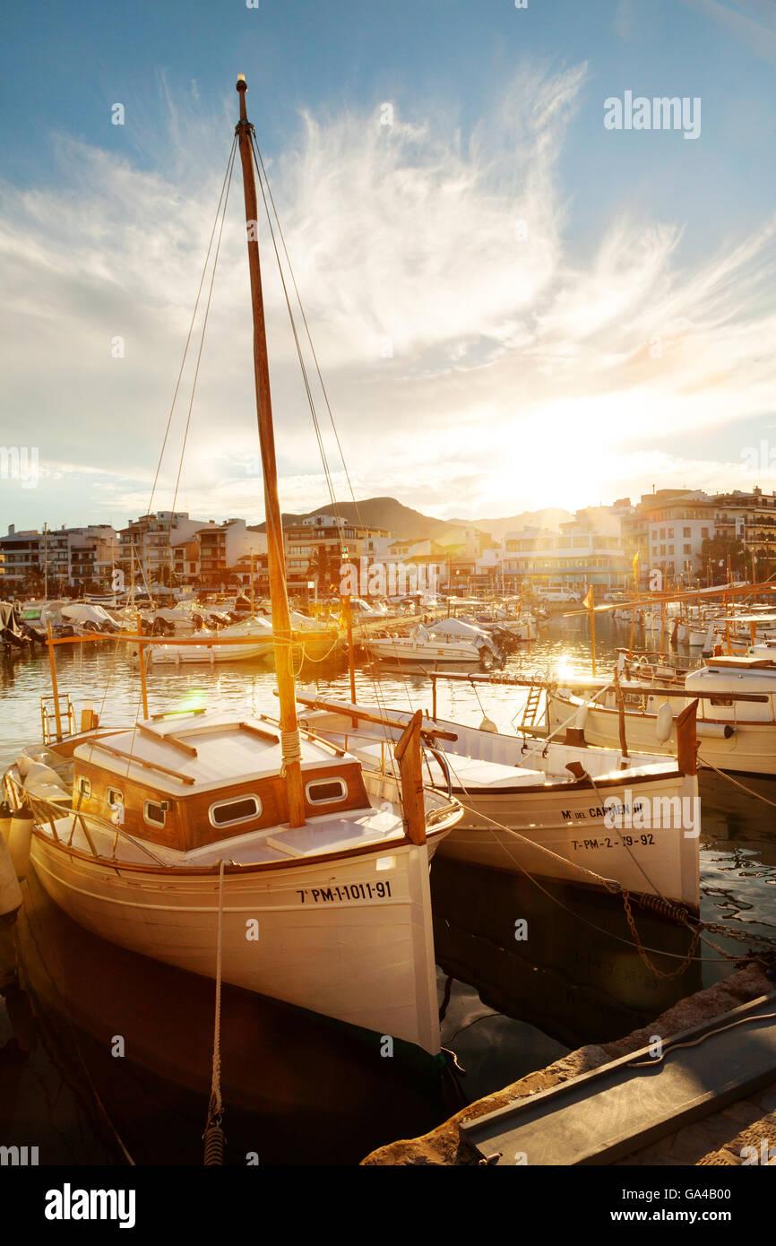 Sonnenuntergang über Boote in den Hafen Puerto Pollensa (Pollenca), Mallorca (Mallorca), Balearische Inseln, Europa Stockfoto