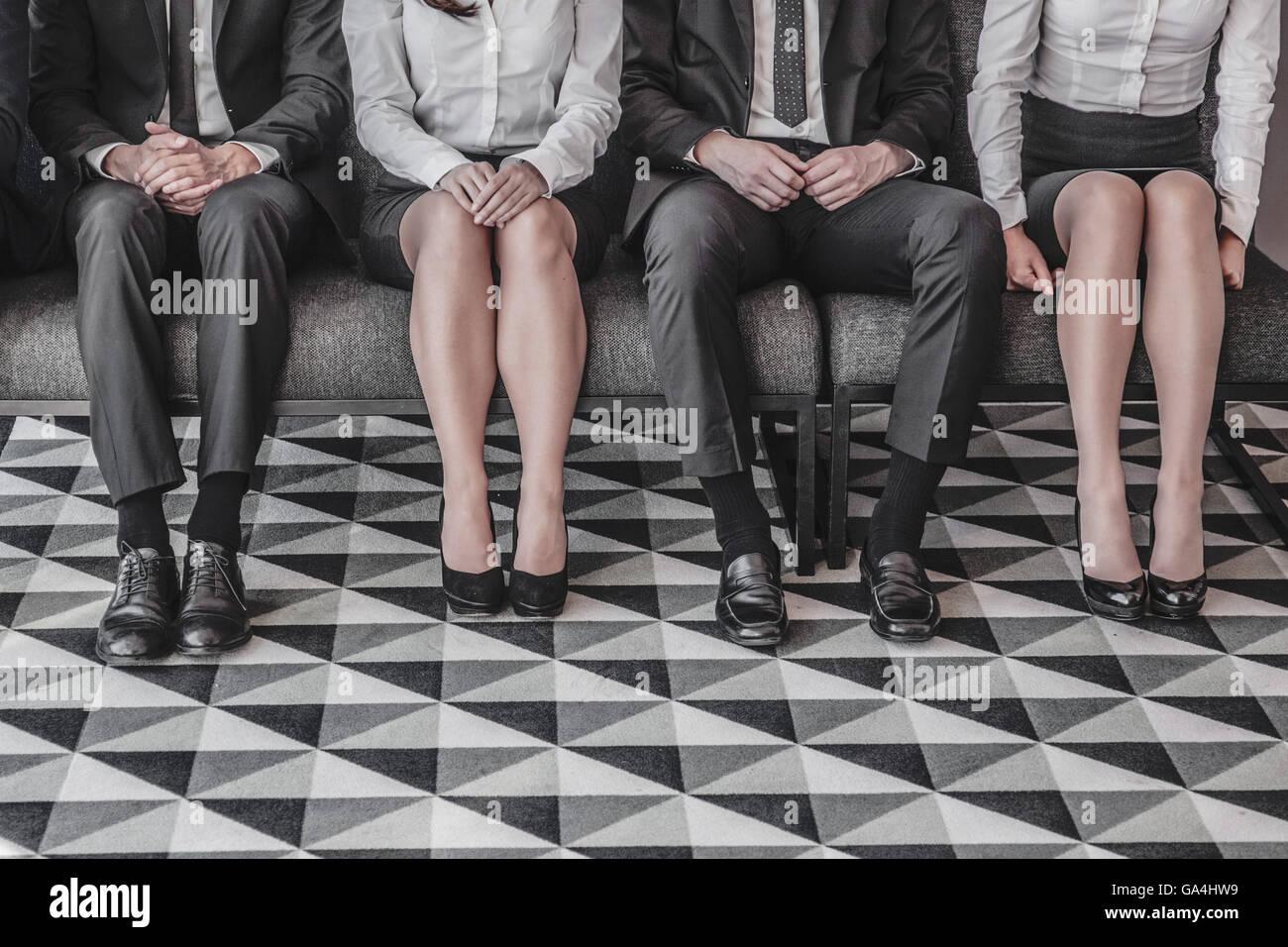 Business-Leute, die warten auf Arbeit interview sitzen in einer Reihe Stockbild