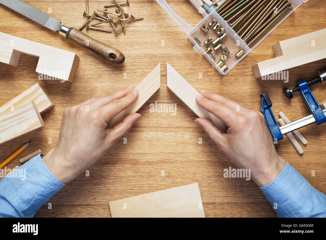Holzbearbeitung-Workshop-Tischplatte-Szene. Herstellung von ...