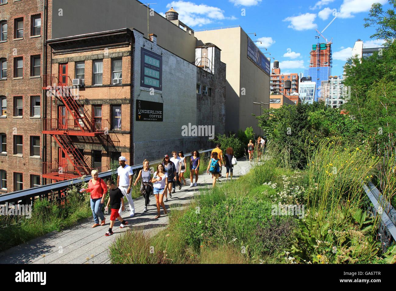 Menschen Sie Tour und genießen Sie die High Line Park in New York City im Sommer zu. Stockfoto