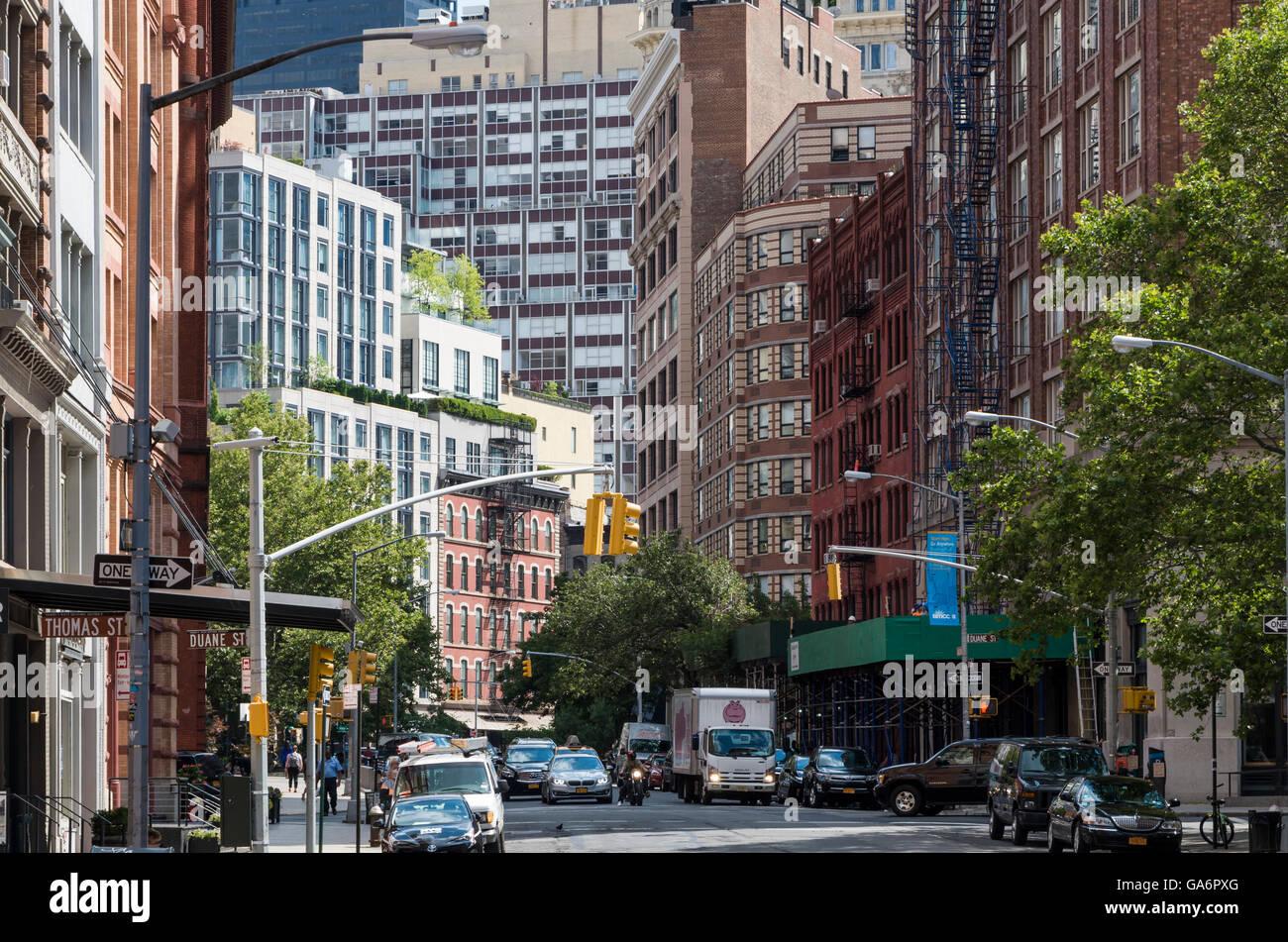Blick auf die Straße entlang der Hudson Street, Tribeca, mit kontrastierenden alte und neue Gebäude und Stockbild