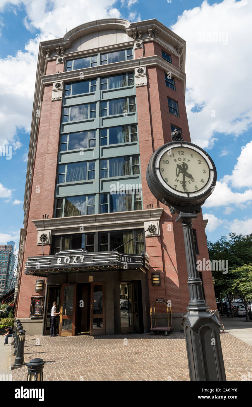 Außenseite des Roxy Hotelgebäude (ehemals Tribeca Grand) und Clock im Tribeca (2 Avenue of the Americas), Stockbild