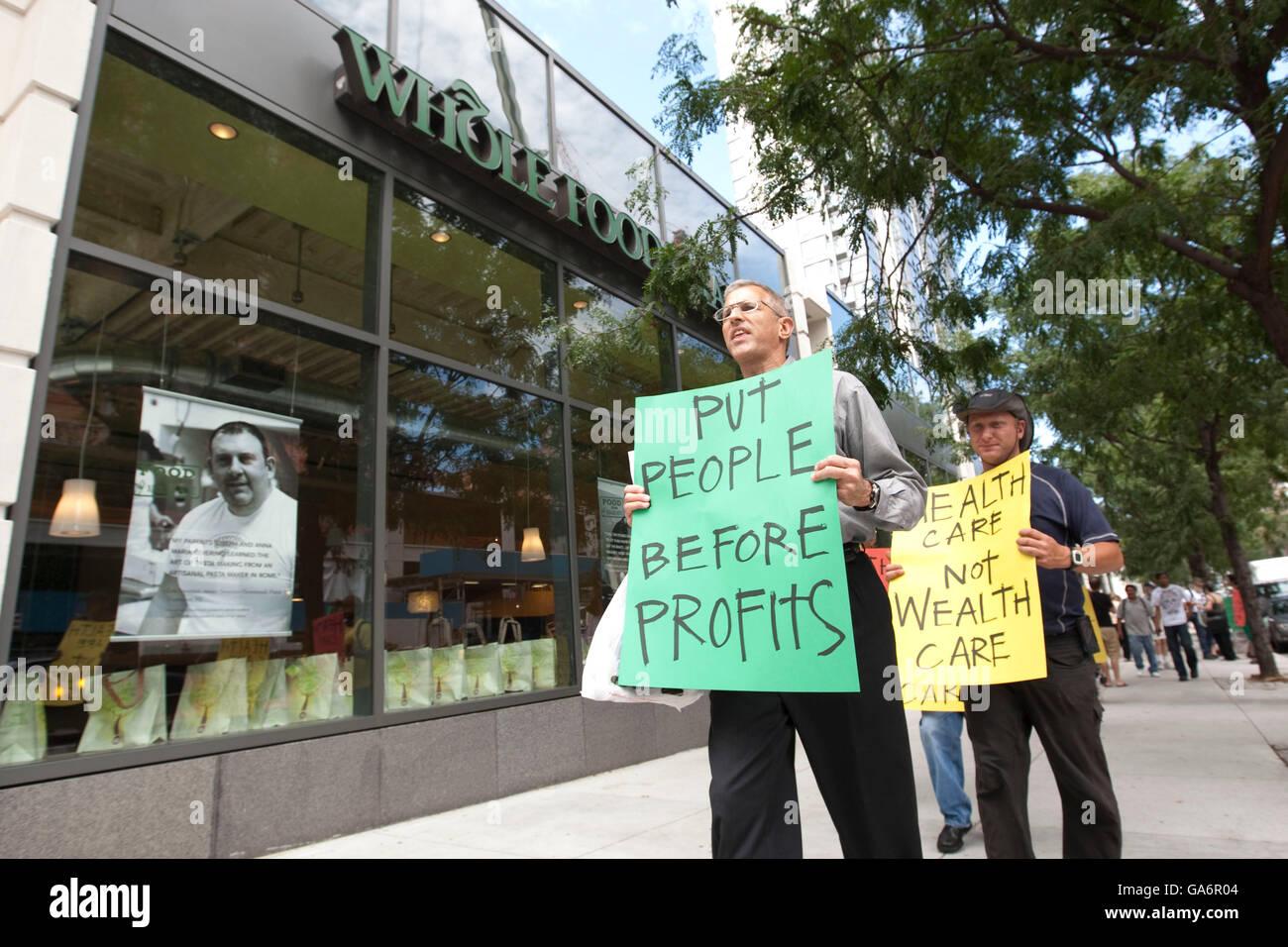 Single-Payer-Aktivisten Streikposten den Whole Foods Store an der Columbus Avenue in New York, USA, 26. August 2009. Stockbild