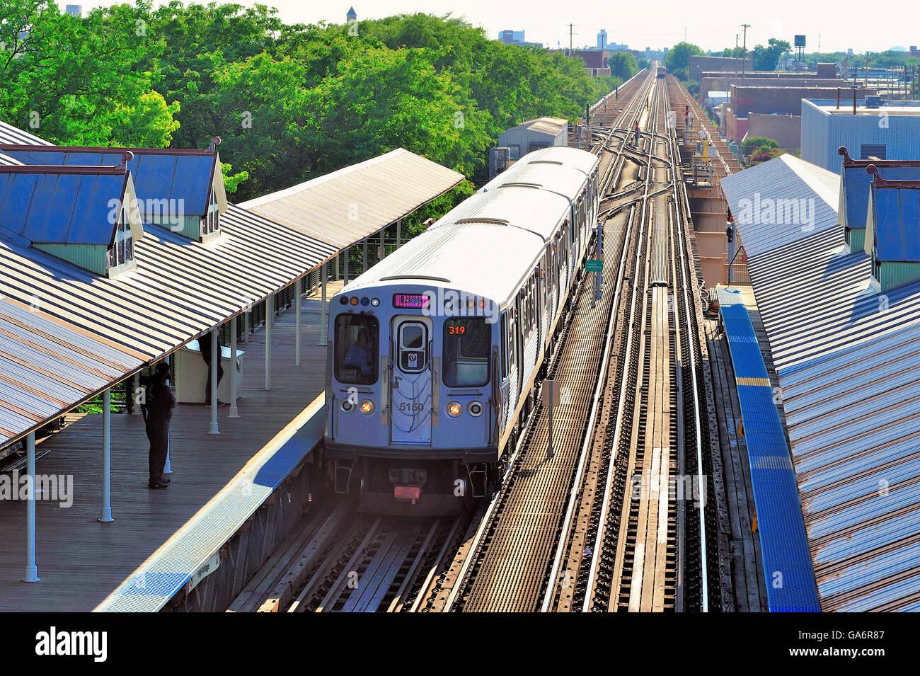 Ein CTA rosa Linie Zug an der Chicago Ashland Avenue Station ankommen Auf der Lake Street erhöhte Linie während Stockbild