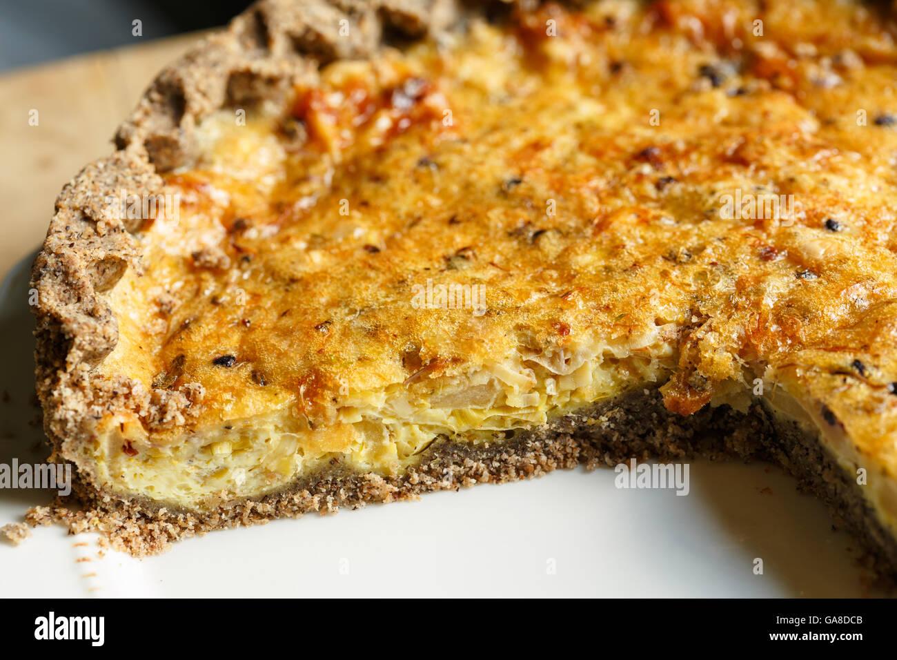 Glutenfreie Buchweizen Tortenboden mit Eiern, Gruyere, Äpfel und Zwiebeln gefüllt Stockbild