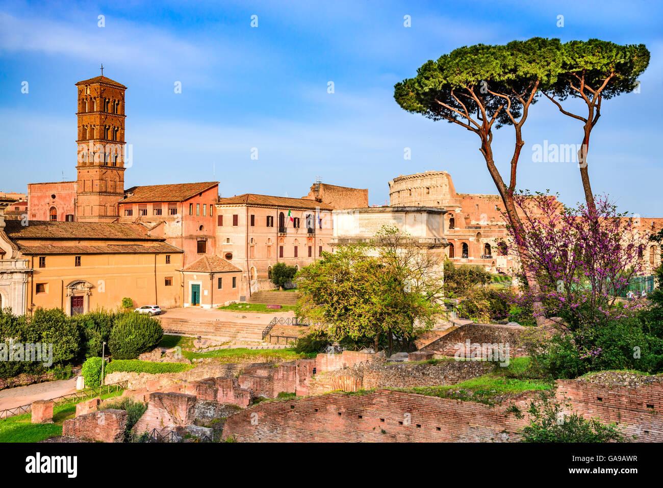 Rom, Italien. Atemberaubende Landschaft mit Ruinen des Forum Romanum und Kolosseum, Flavian Amphiteatre. Stockbild