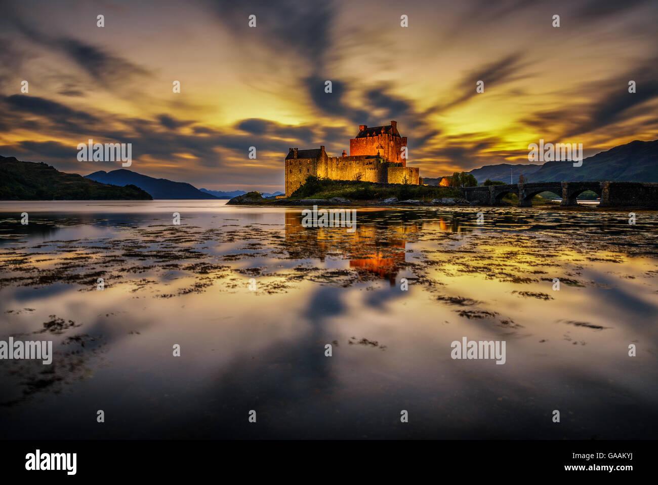 Sonnenuntergang über Eilean Donan Castle, Schottland, Vereinigtes Königreich. Langzeitbelichtung. Stockbild