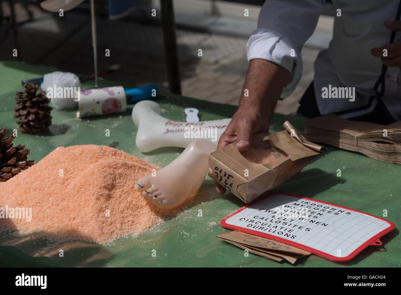 Home Remedies für verschiedene Fuß Beschwerden, die auf dem Markt am Samstag, De Panne, Belgien zur Verfügung. Stockbild