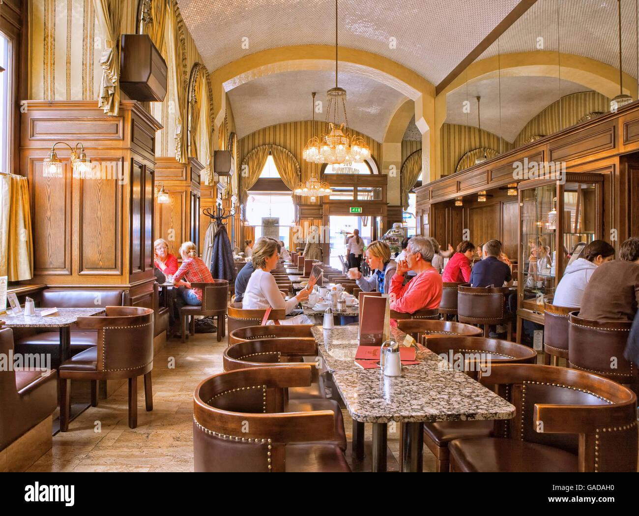 Cafe Vienna Stockfotos & Cafe Vienna Bilder - Alamy