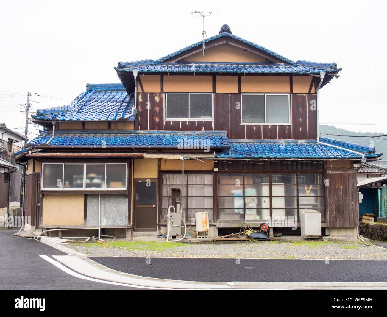 Traditionelle japanische holzhaus mit blauen dachziegeln for Traditionelle japanische architektur