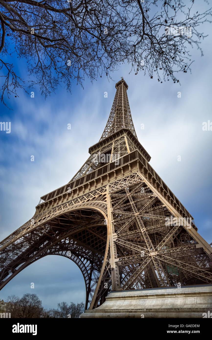 Niedrigen Winkel Ansicht Eiffelturm und vorbeiziehende Wolken, Paris, Frankreich Stockbild
