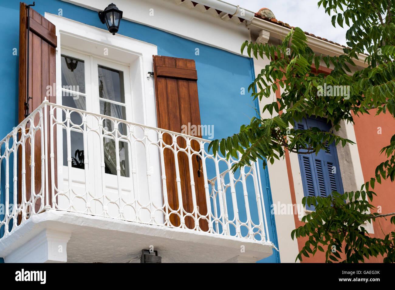 Weisse Schmiedeeisernen Balkon Franzosische Fenster Und Fensterladen