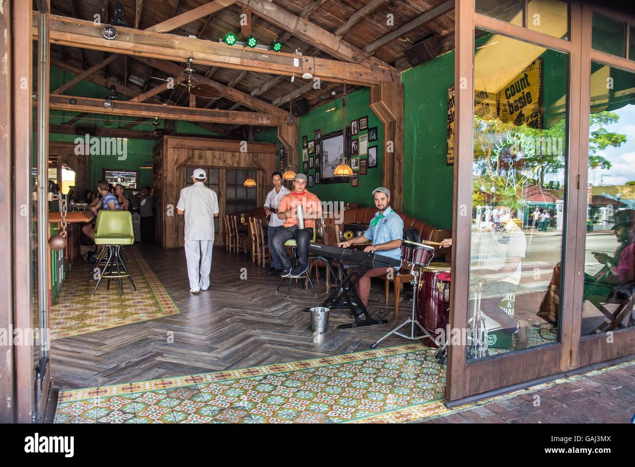 Offene bar Bürgersteig Szene in Little Havana Stadtteil von Miami Florida mit kubanischen Musikern Musizieren Stockbild