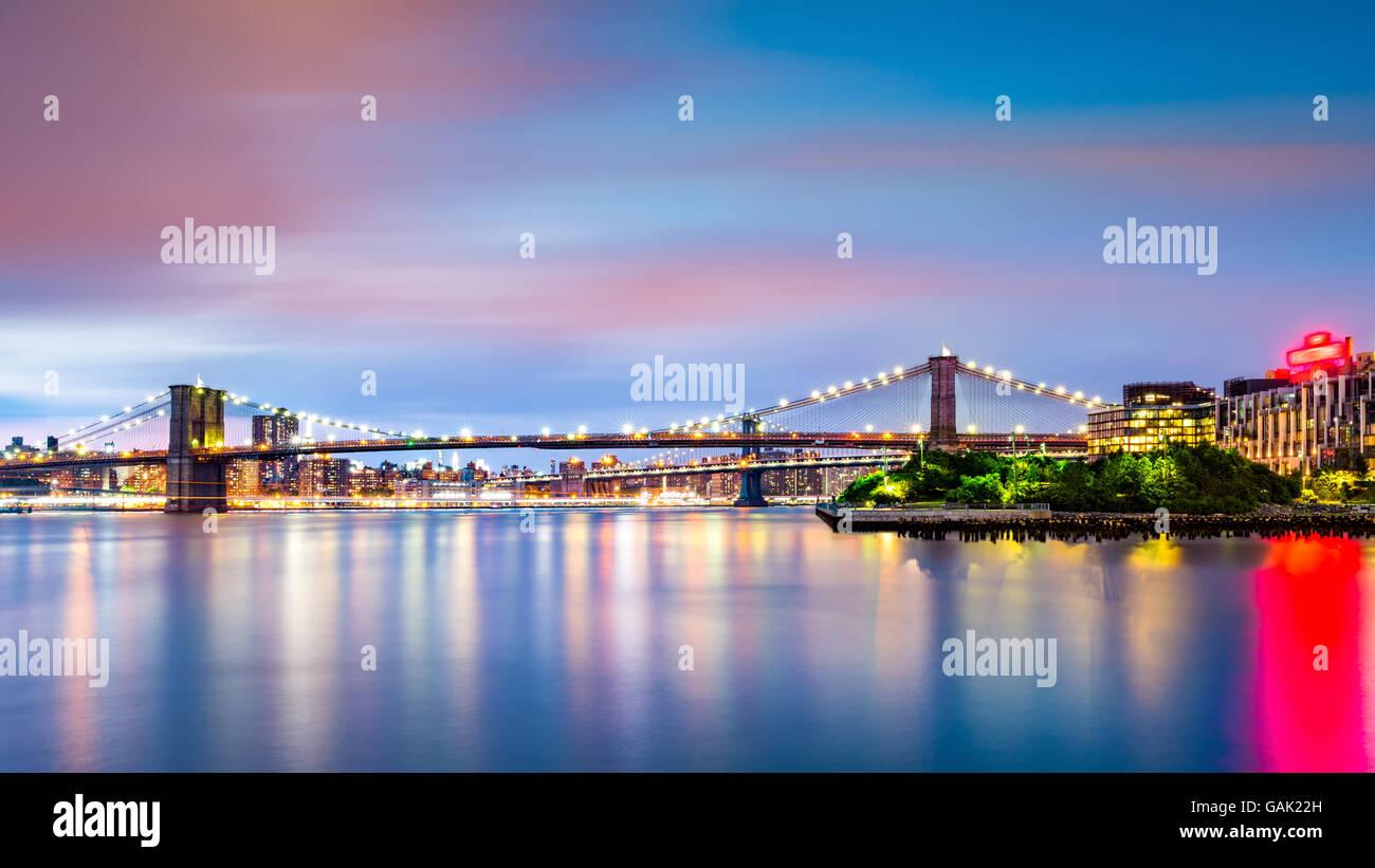 Beleuchtete Brooklyn Bridge in der Dämmerung von Pier2 Park in New Yok Stadt betrachtet Stockbild