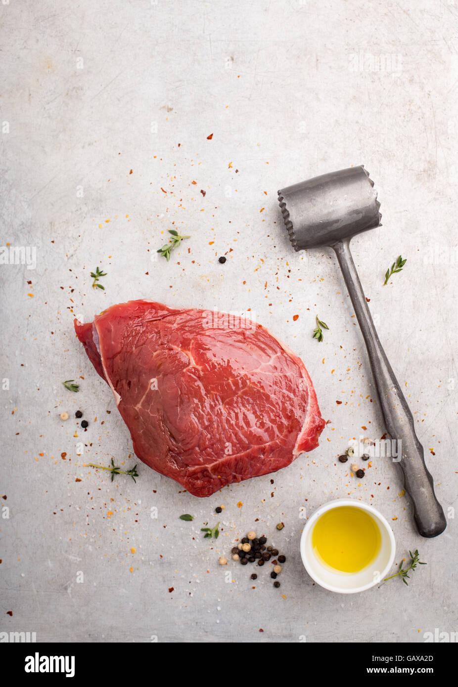 Rohes Steak mit Pfeffer und Thymian Stockfoto