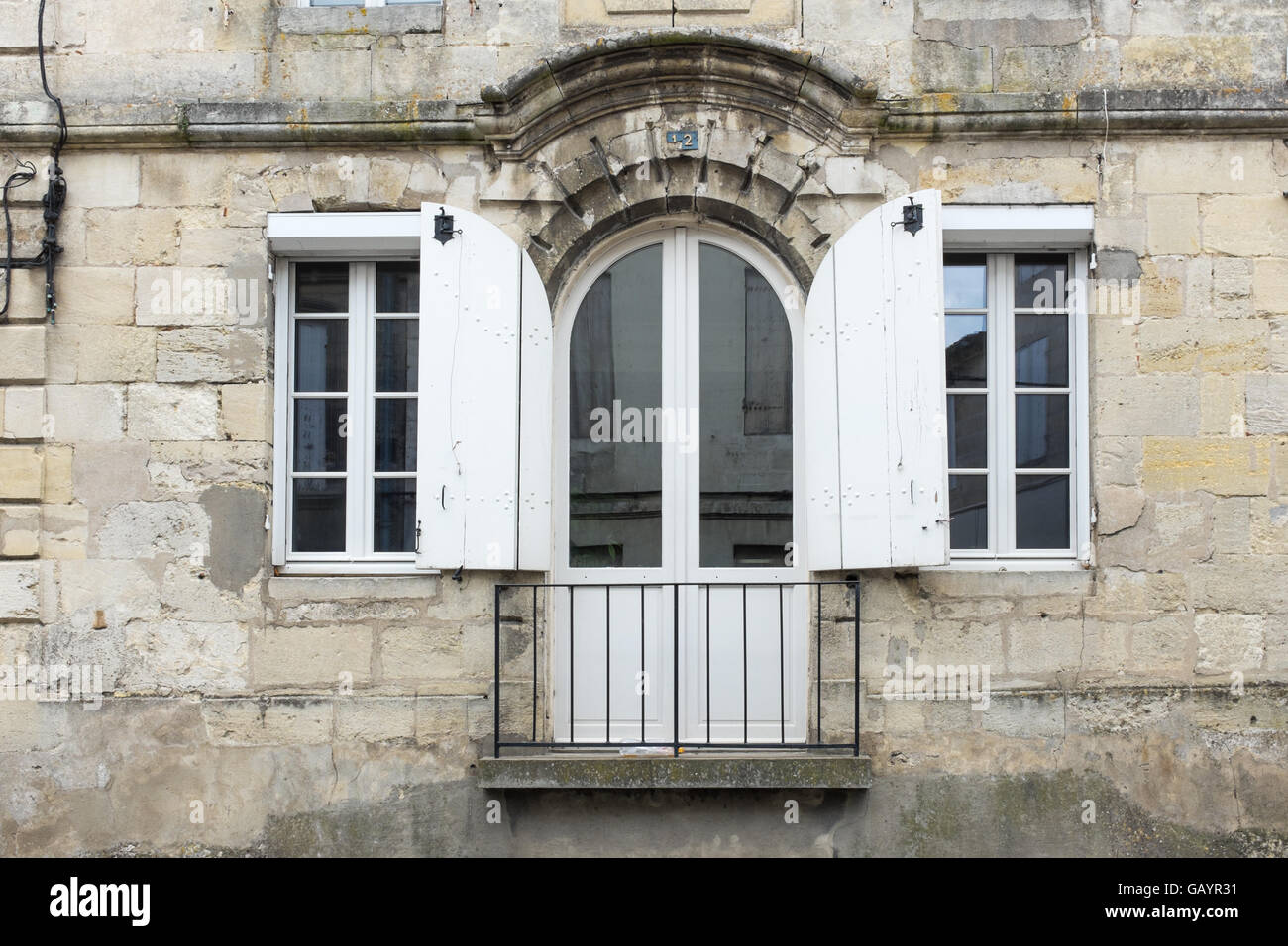 Französische Fenster französische fenster mit hölzernen fensterläden öffnen und einen