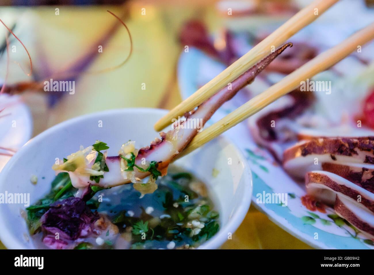 Lecker Platte von Holzkohle gegrillten Tintenfisch Tentakel in Soße. Stockbild