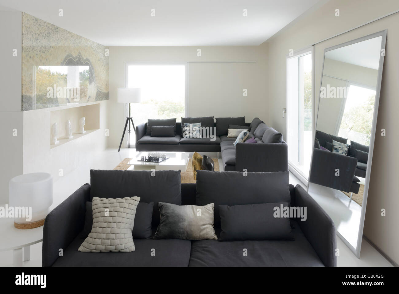 Modernes Wohnzimmer Mit Großen Sofas Und Hellen Großen Fenstern