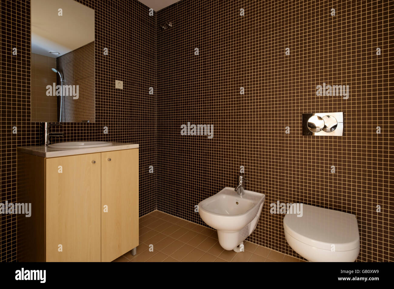 Modernes Bad Mit Braunen Fliesen