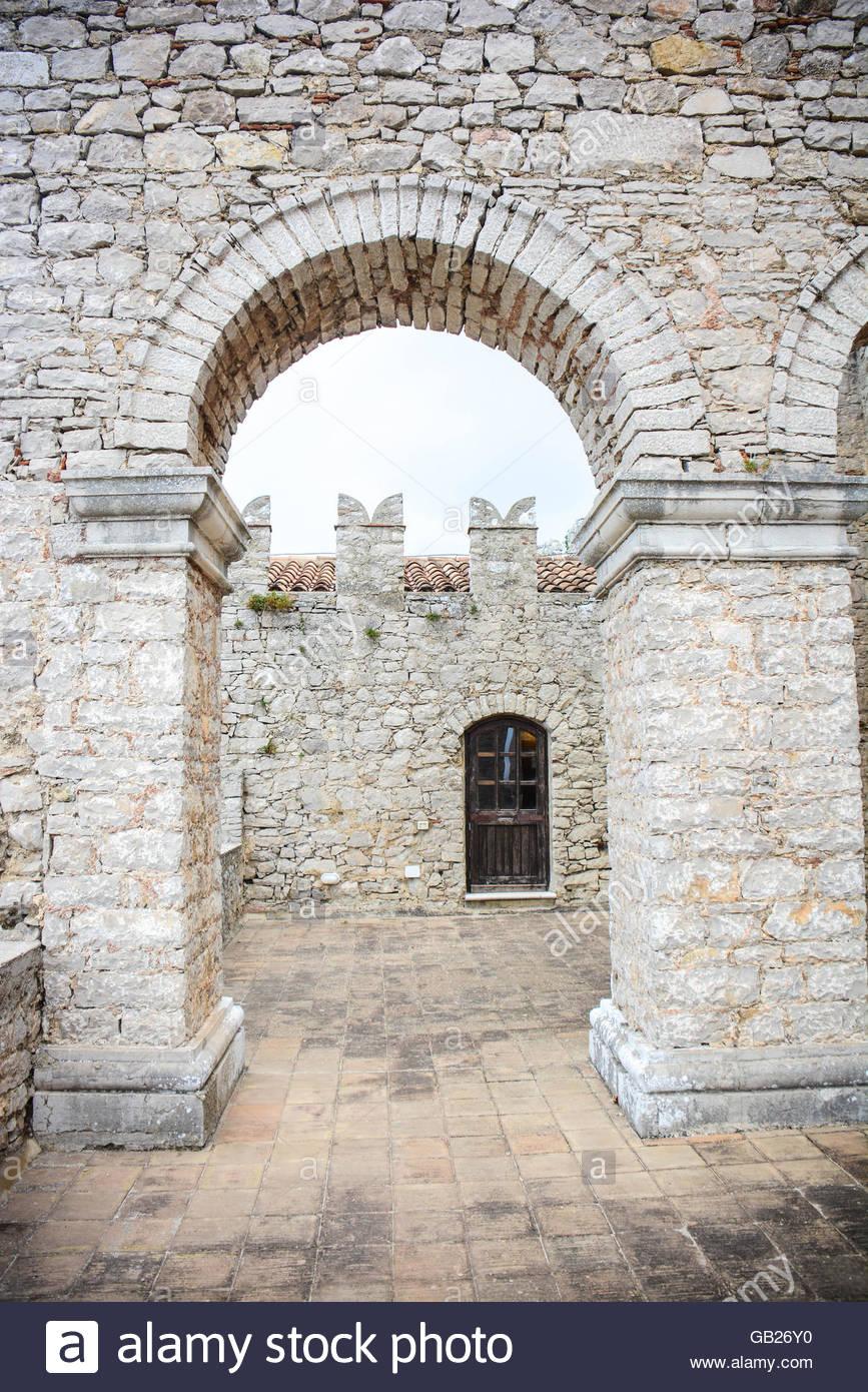 Steinen Bogen im mittleren Alter gebaut in einer alten Burg Stockbild