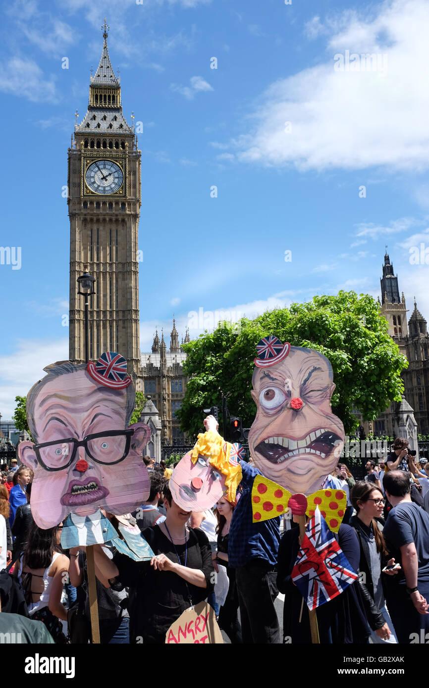 Karikaturen von (links nach rechts) Michael Gove, Boris Johnson und Nigel Farage an einem Anti-Brexit-Protest in Stockbild