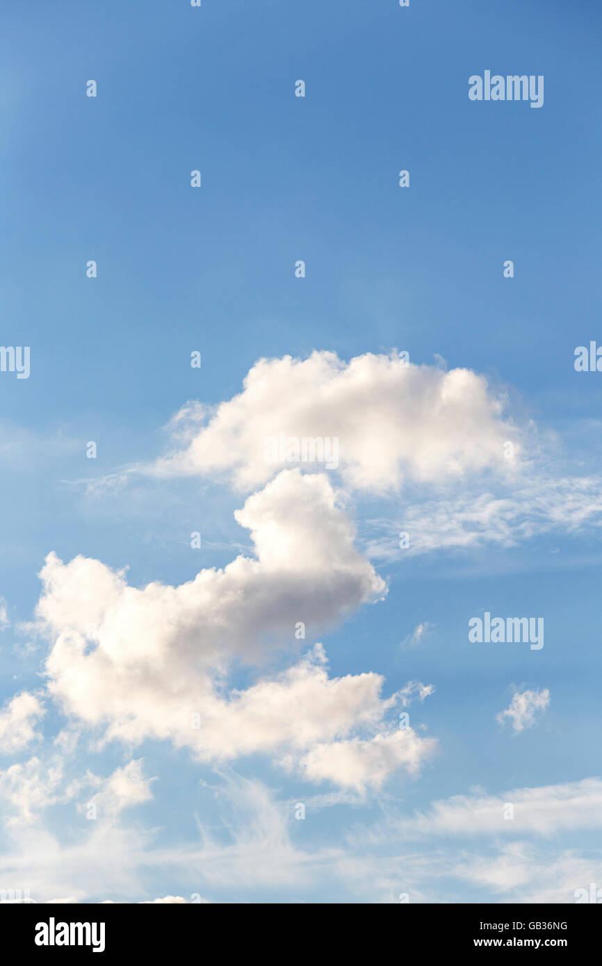 Cumulus-Wolken bilden ein £ symbol Stockbild
