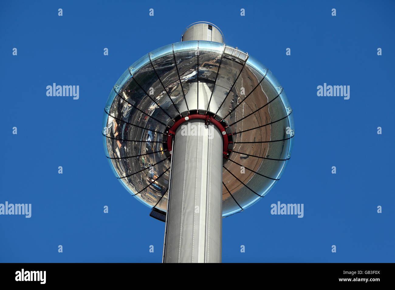 Brightons neues i360 beweglichen Aussichtsturm, zeigt die Unterseite blickte Brighton Meer widerspiegelt. Stockbild