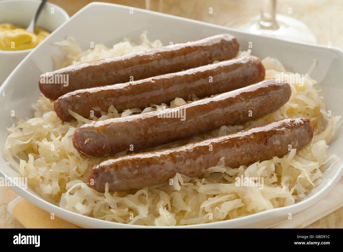 Platte mit Sauerkraut und gebackene Würstchen Stockbild