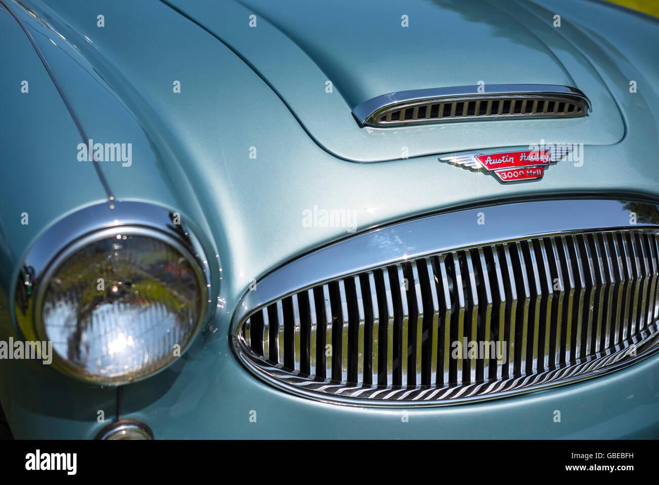 Detail der Front eines metallischen blauen 1964 Austin Healey MKIII Sportwagens. Stockbild