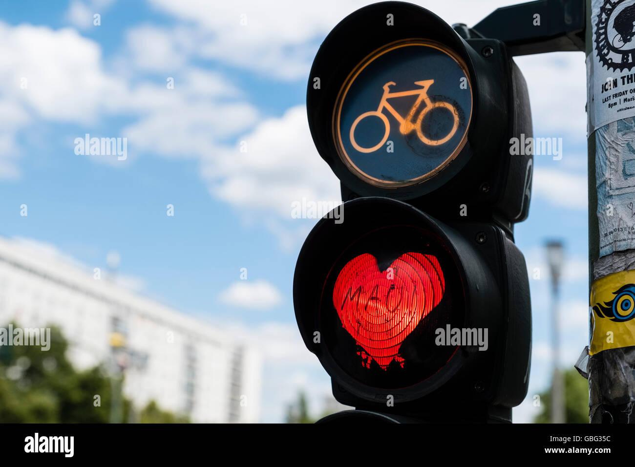 Detail der roten Ampel an Ampel leuchtet für Radfahrer mit rotem Herz in Berlin Deutschland Stockfoto