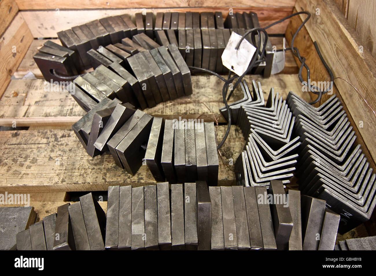 quadratische polierte Metallplatte Segmente und Winkel für die Weiterverarbeitung Stockbild