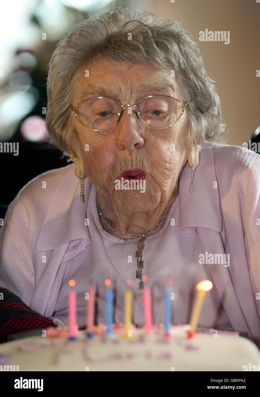107 Jahre Alte Frau Feiert Geburtstag Stockfoto Bild 110458042 Alamy