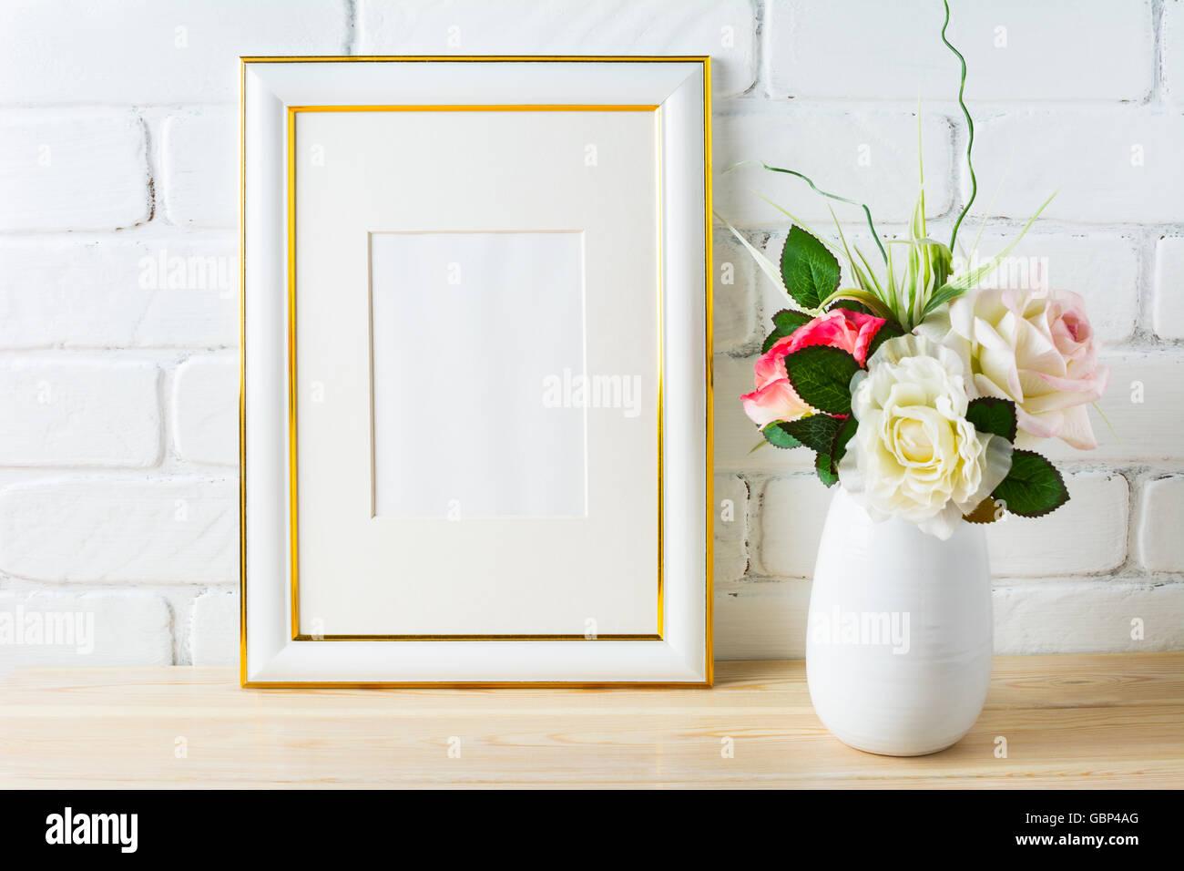 Frame-Mock-up mit Rosen in weißen Vase. Leeren weißen Rahmen Mock-up ...