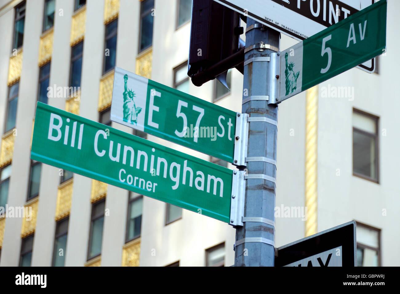 """Ein Bild vom 6. Juli 2016 zeigt das neue Schild für die """"Bill Cunningham Corner"""" in Manhattan in Stockbild"""