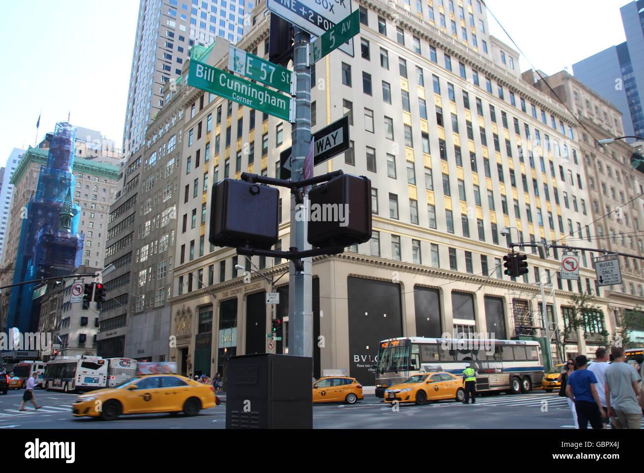 """New York, USA. 6. Juli 2016. Die Kreuzung """"Bill Cunningham Corner"""", die vorübergehend nach dem verstorbenen Stockbild"""
