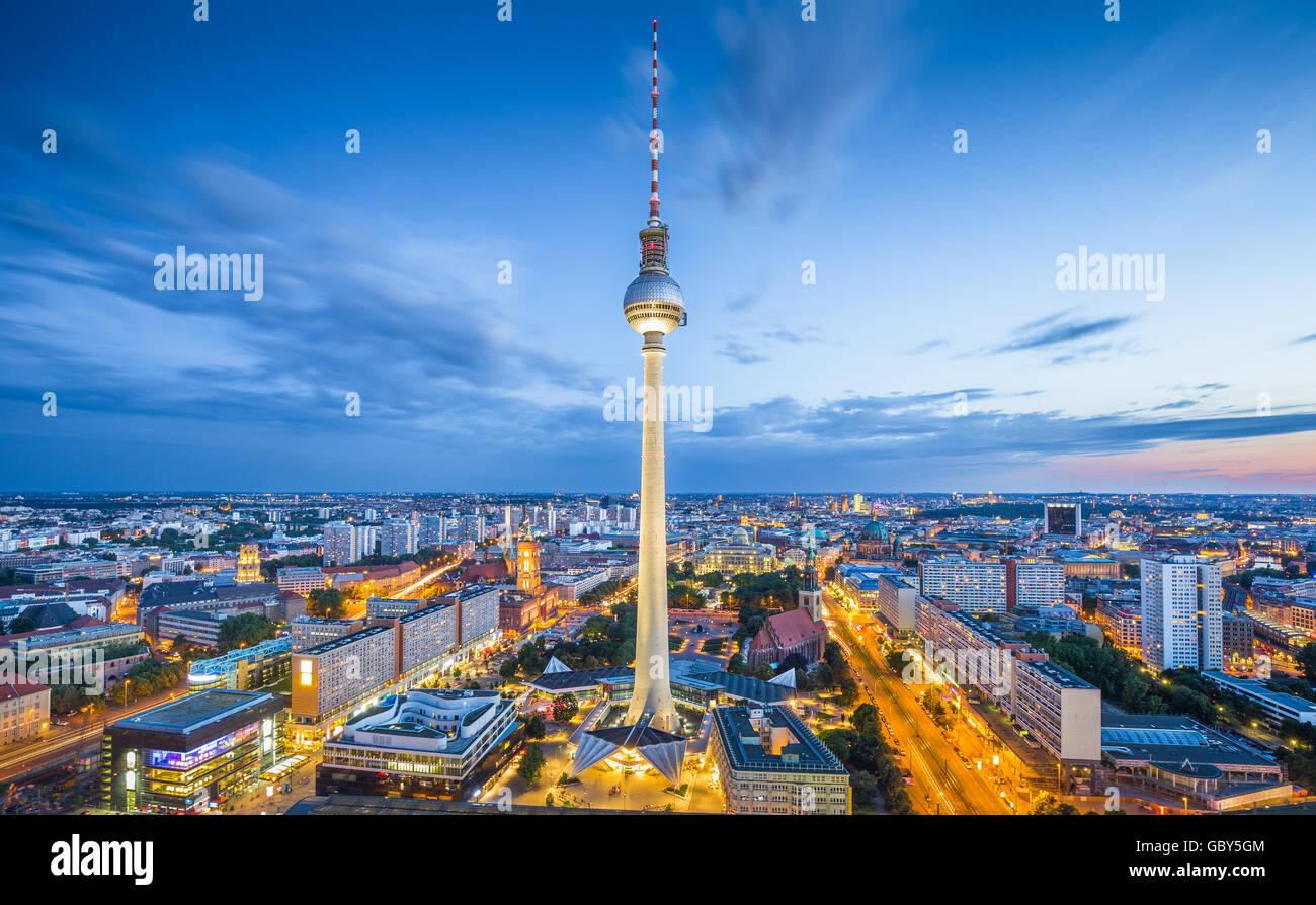 Klassische Luftaufnahme der Berliner Skyline mit berühmten Fernsehturm am Alexanderplatz und dramatische Wolkengebilde Stockbild